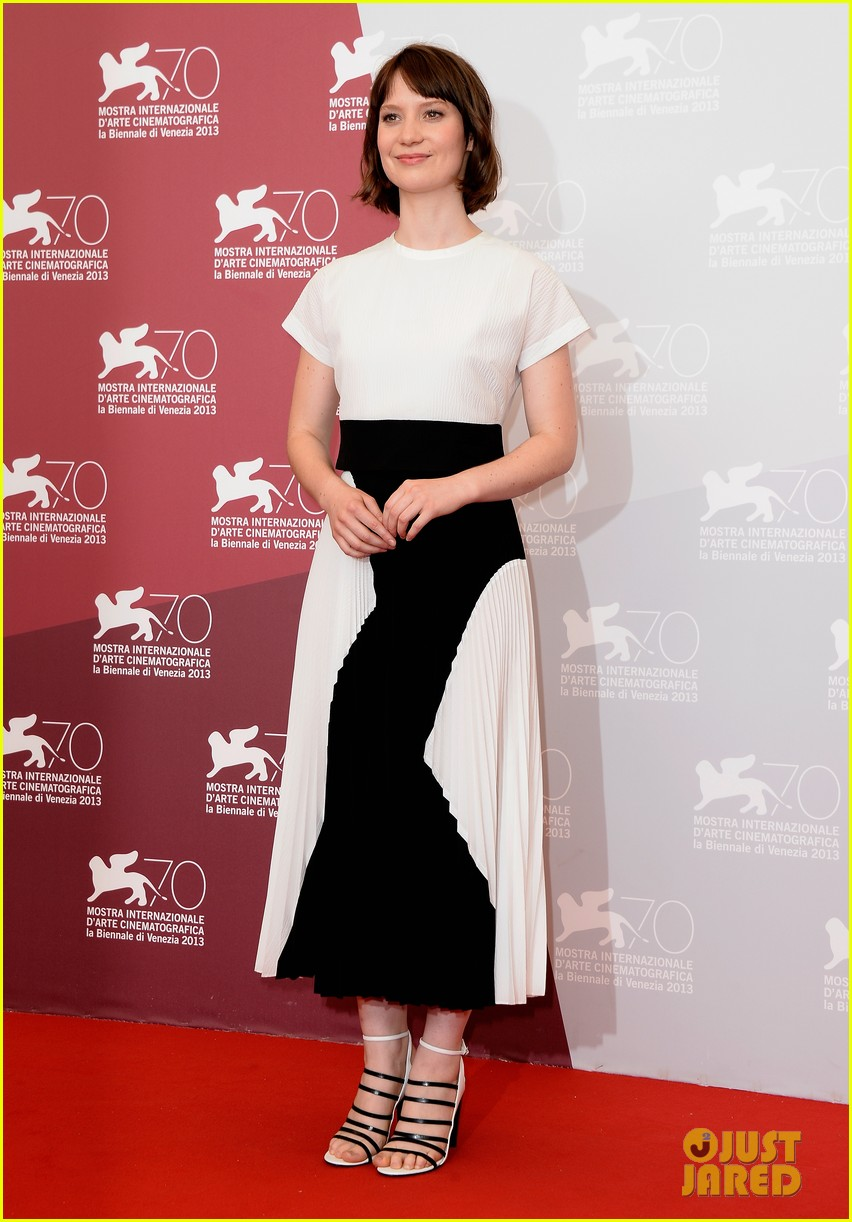 mia wasikowska tracks venice photo call 03