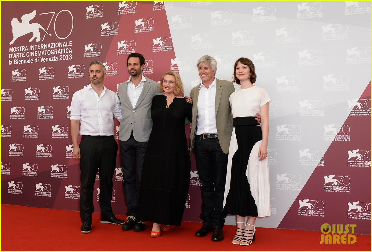 mia wasikowska tracks venice photo call 052940051
