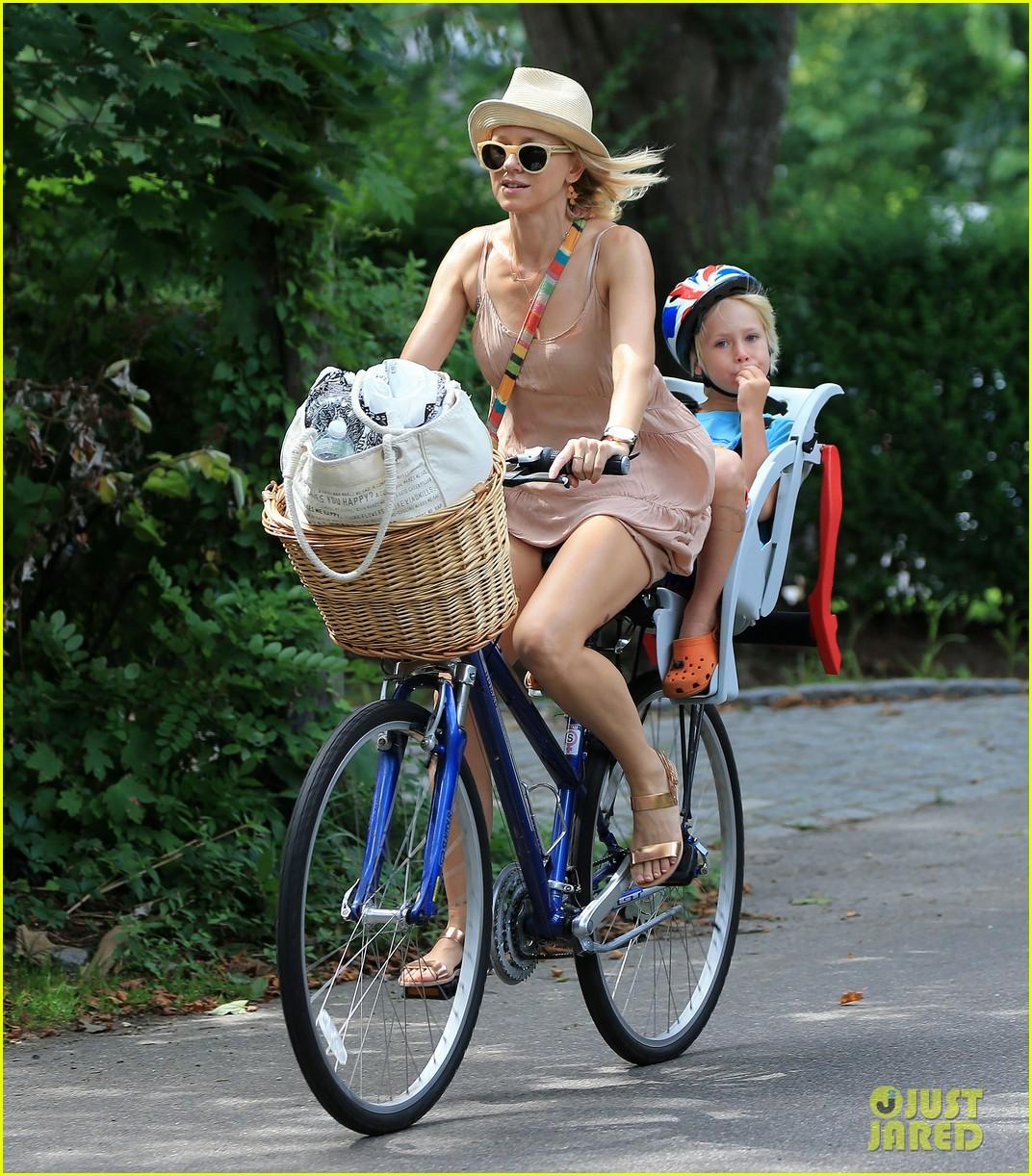naomi watts liev schreiber hamptons bike ride 01