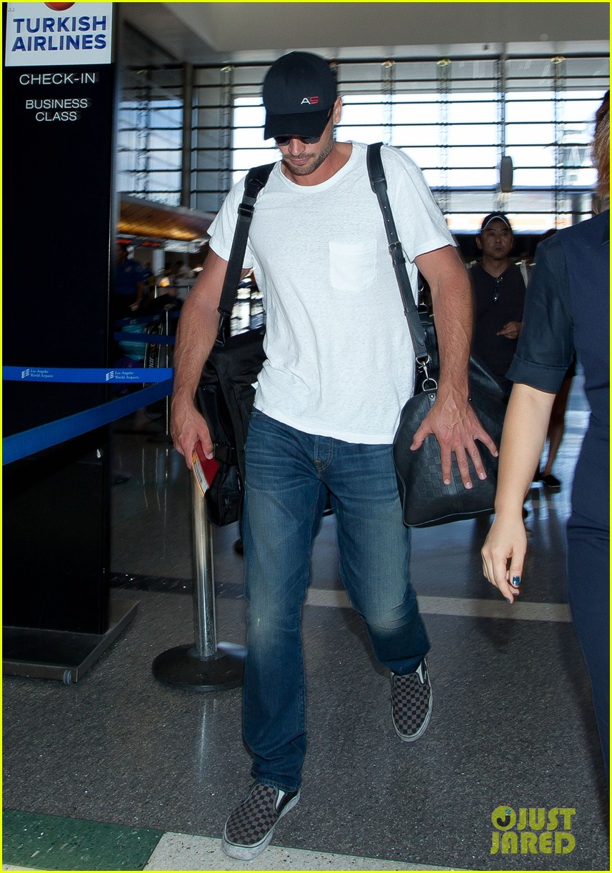 tom welling makes rare appearance at lax 01