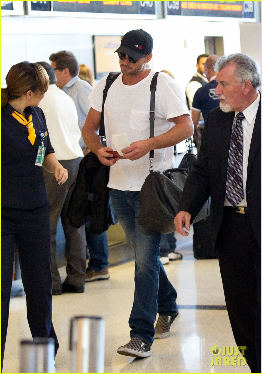 tom welling makes rare appearance at lax 052940888