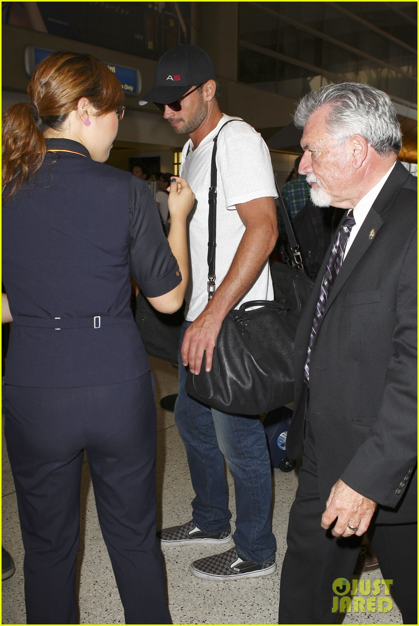 tom welling makes rare appearance at lax 14