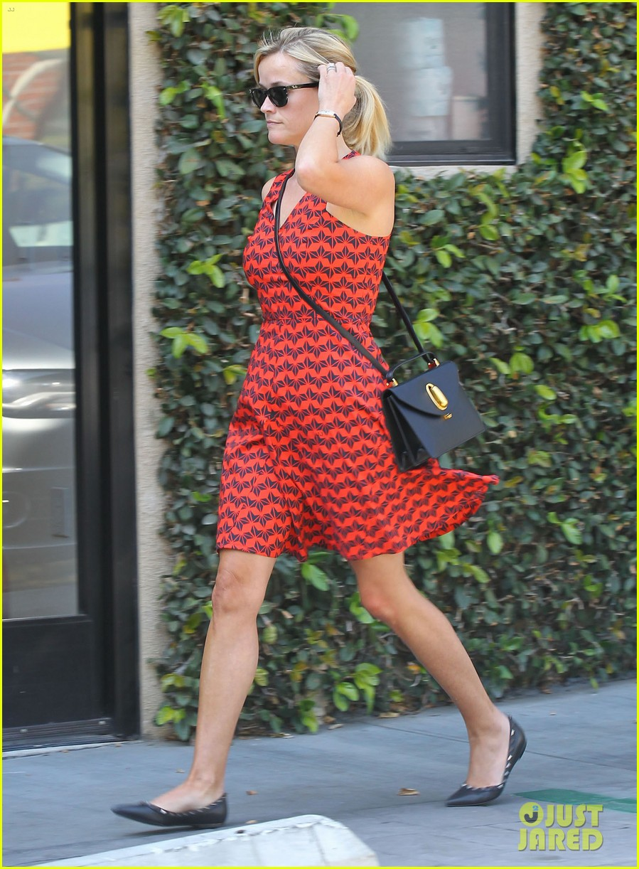 reese witherspoon business meeting at le pain quotidien 032940871