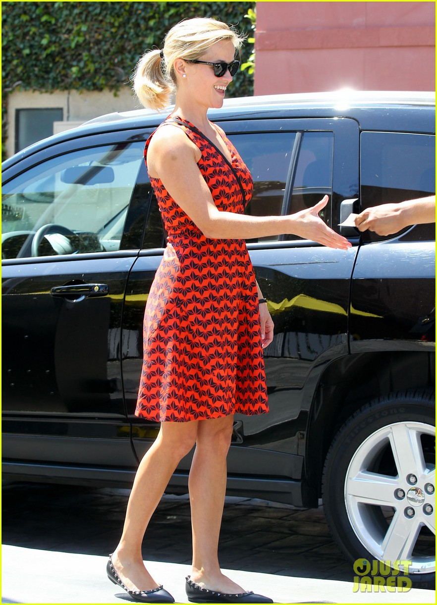 reese witherspoon business meeting at le pain quotidien 09