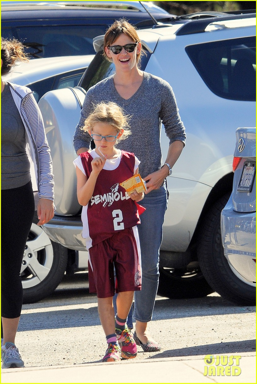 ben affleck gets hugs from violet after big family outing 03