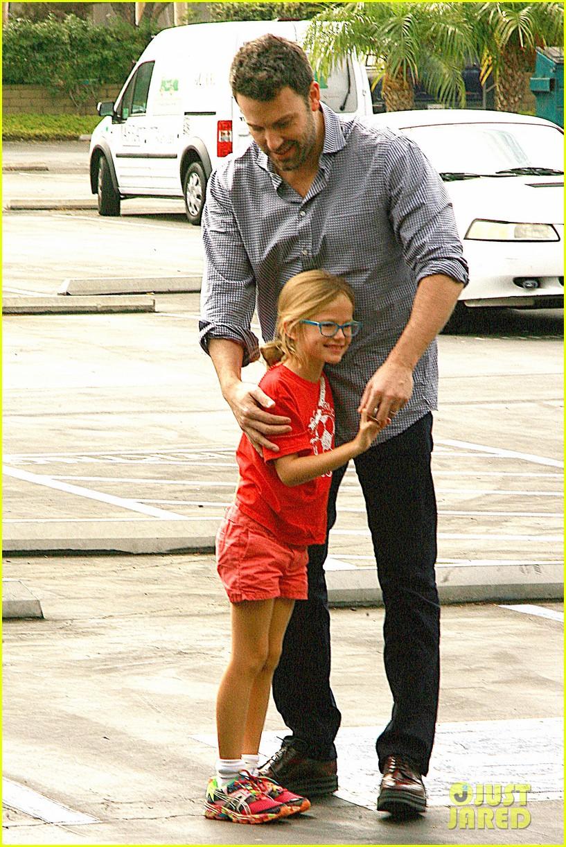 ben affleck gets hugs from violet after big family outing 07