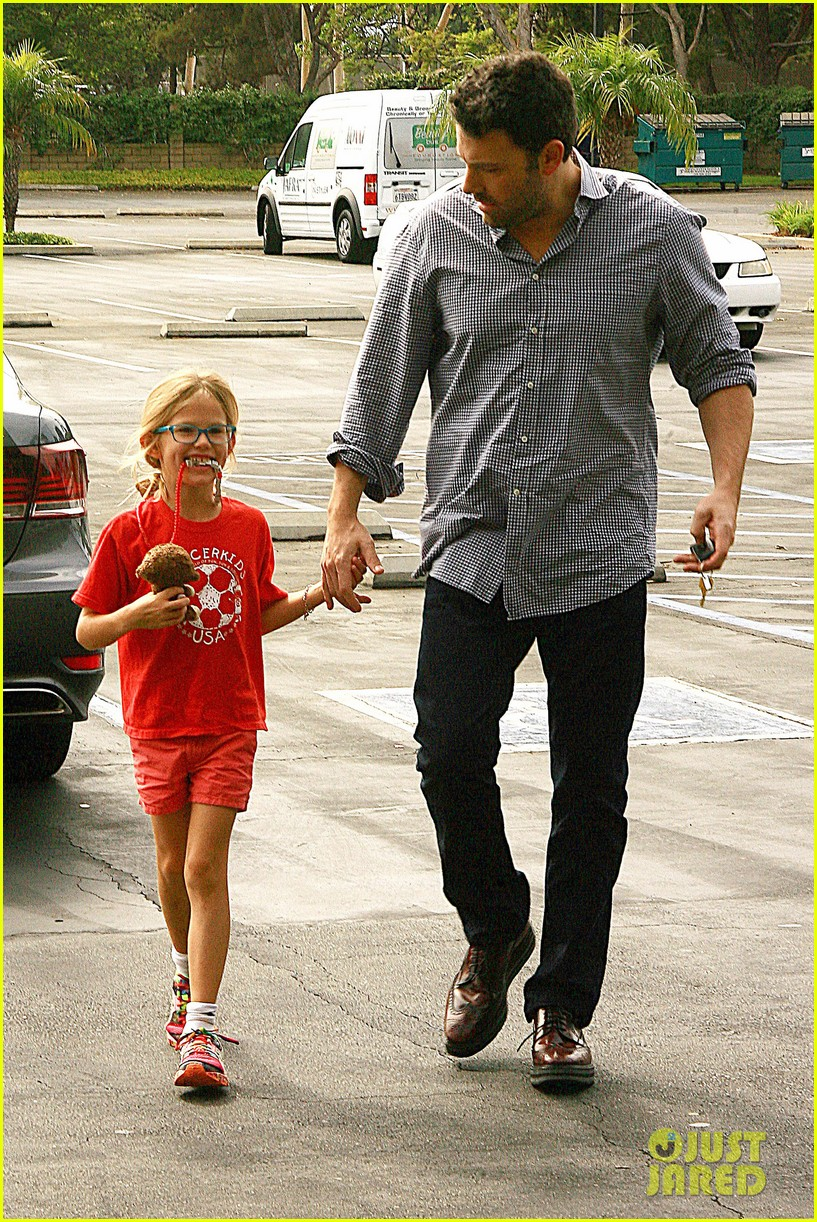 ben affleck gets hugs from violet after big family outing 082958451