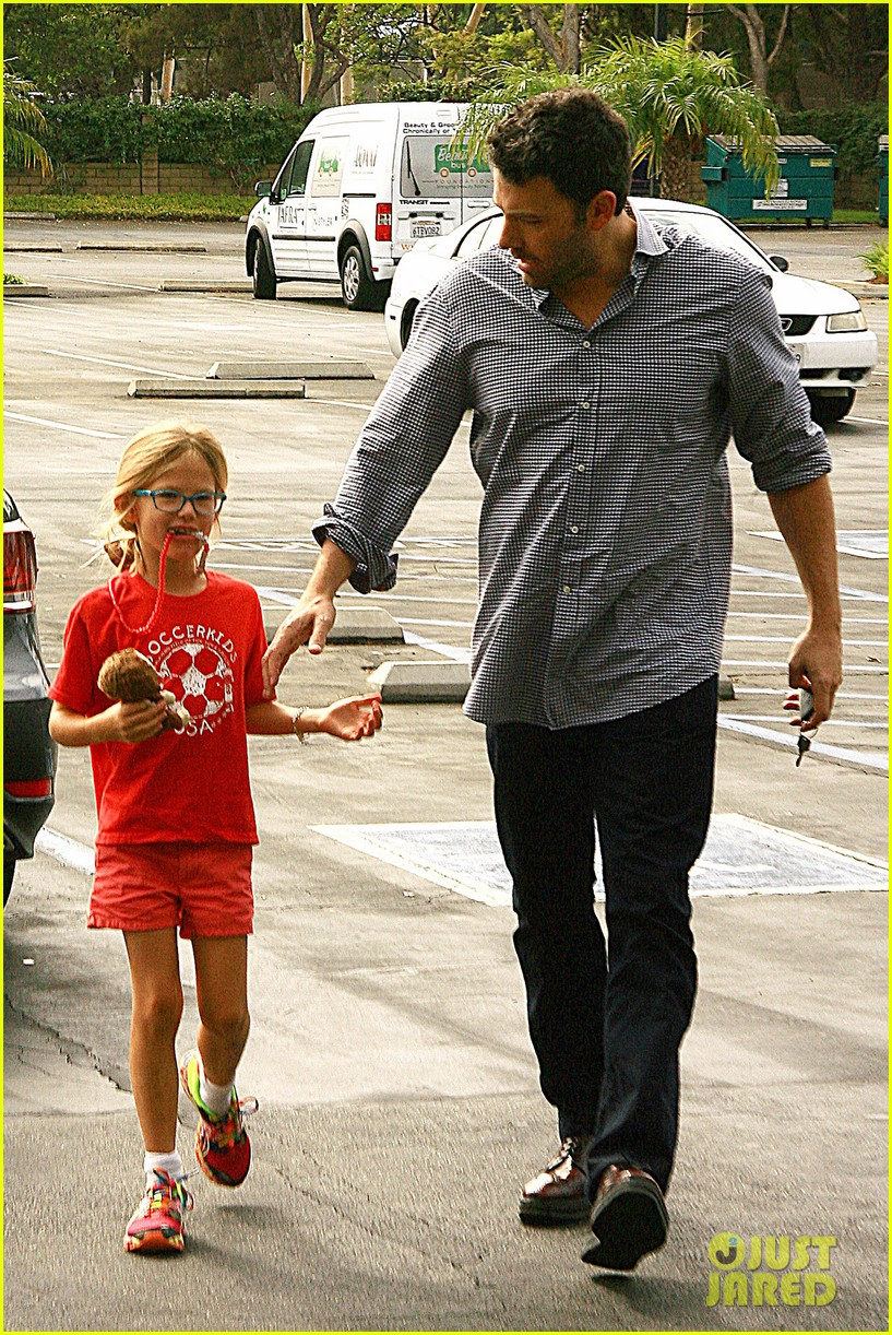 ben affleck gets hugs from violet after big family outing 13