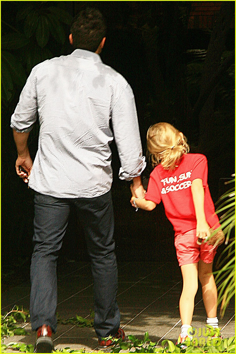 ben affleck gets hugs from violet after big family outing 14