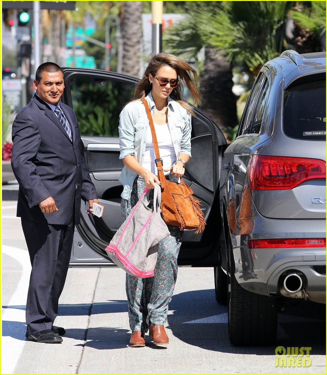 jessica alba sunday mall stop 14