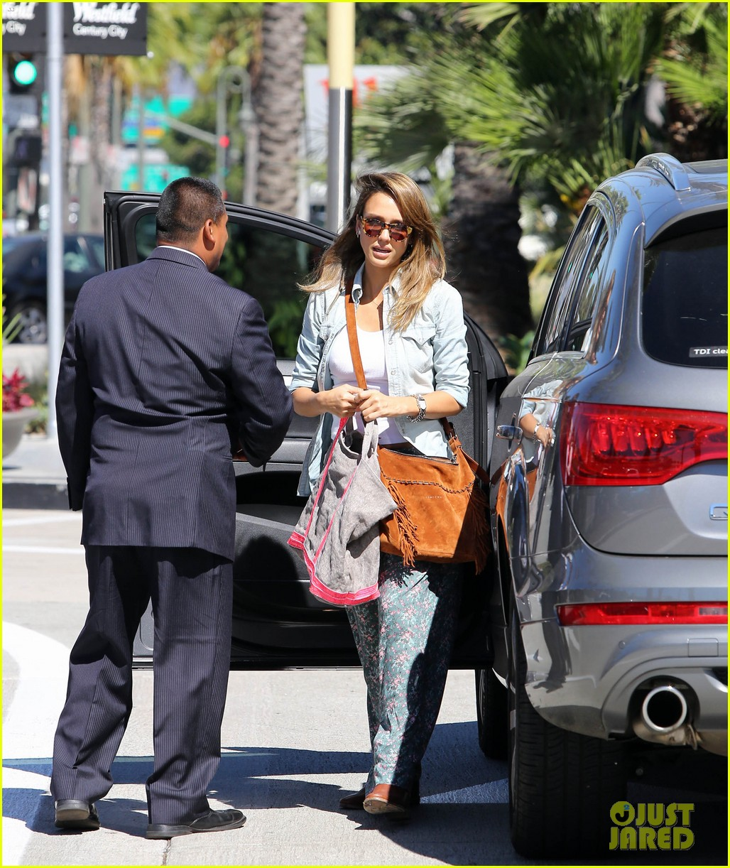 jessica alba sunday mall stop 16