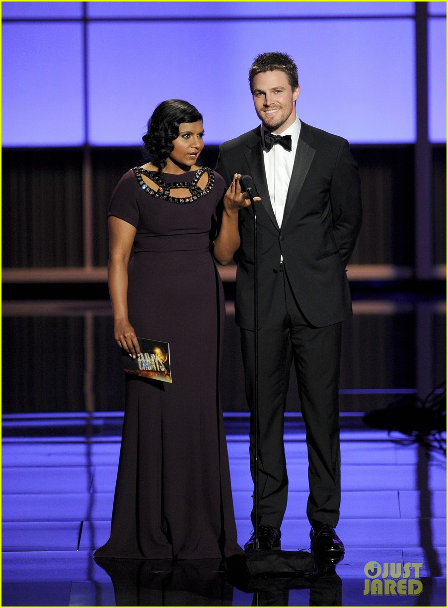 stephen amell emmys 2013 with mindy kaling 01