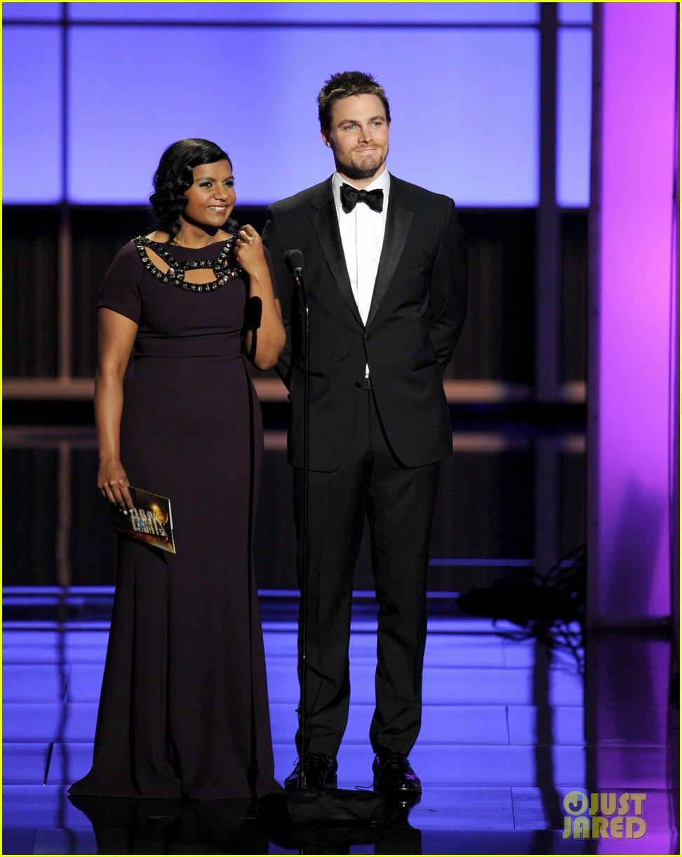 stephen amell emmys 2013 with mindy kaling 032958425