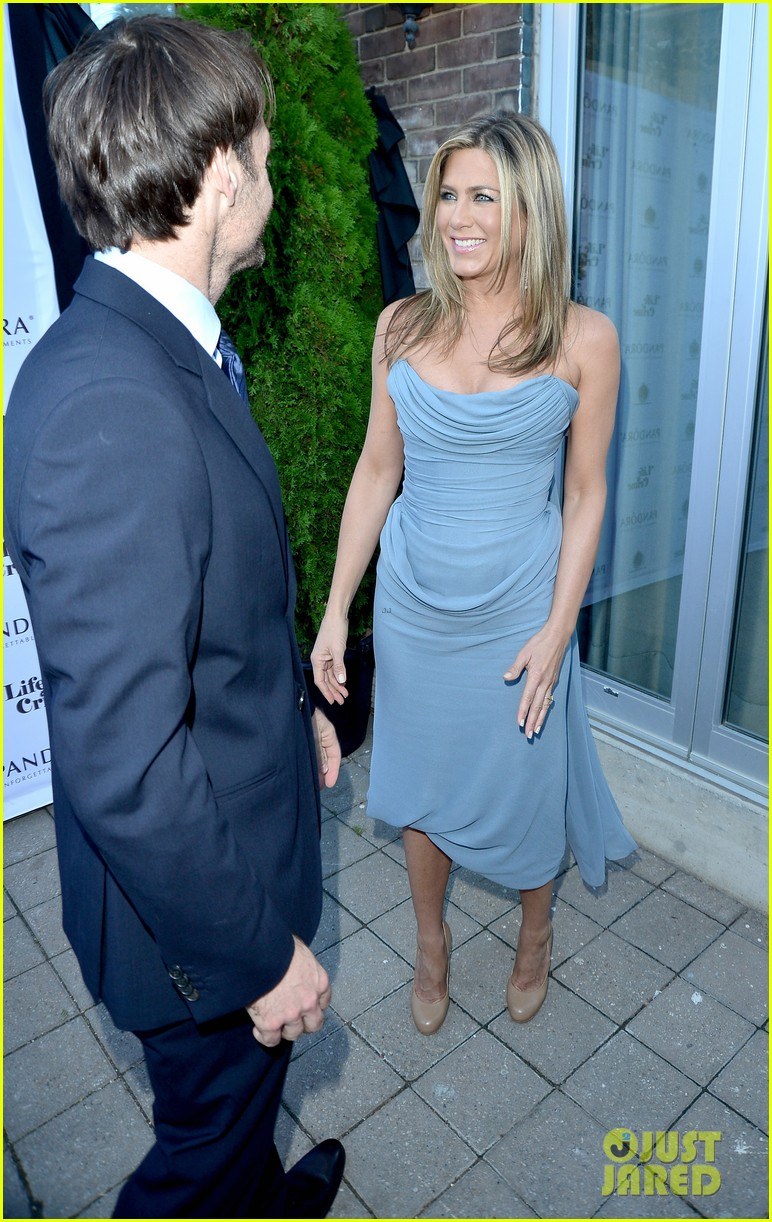 jennifer aniston life of crime cocktails with justin theroux 20