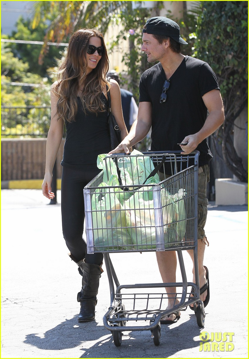 kate beckinsale len wiseman get groceries at gelsons 06