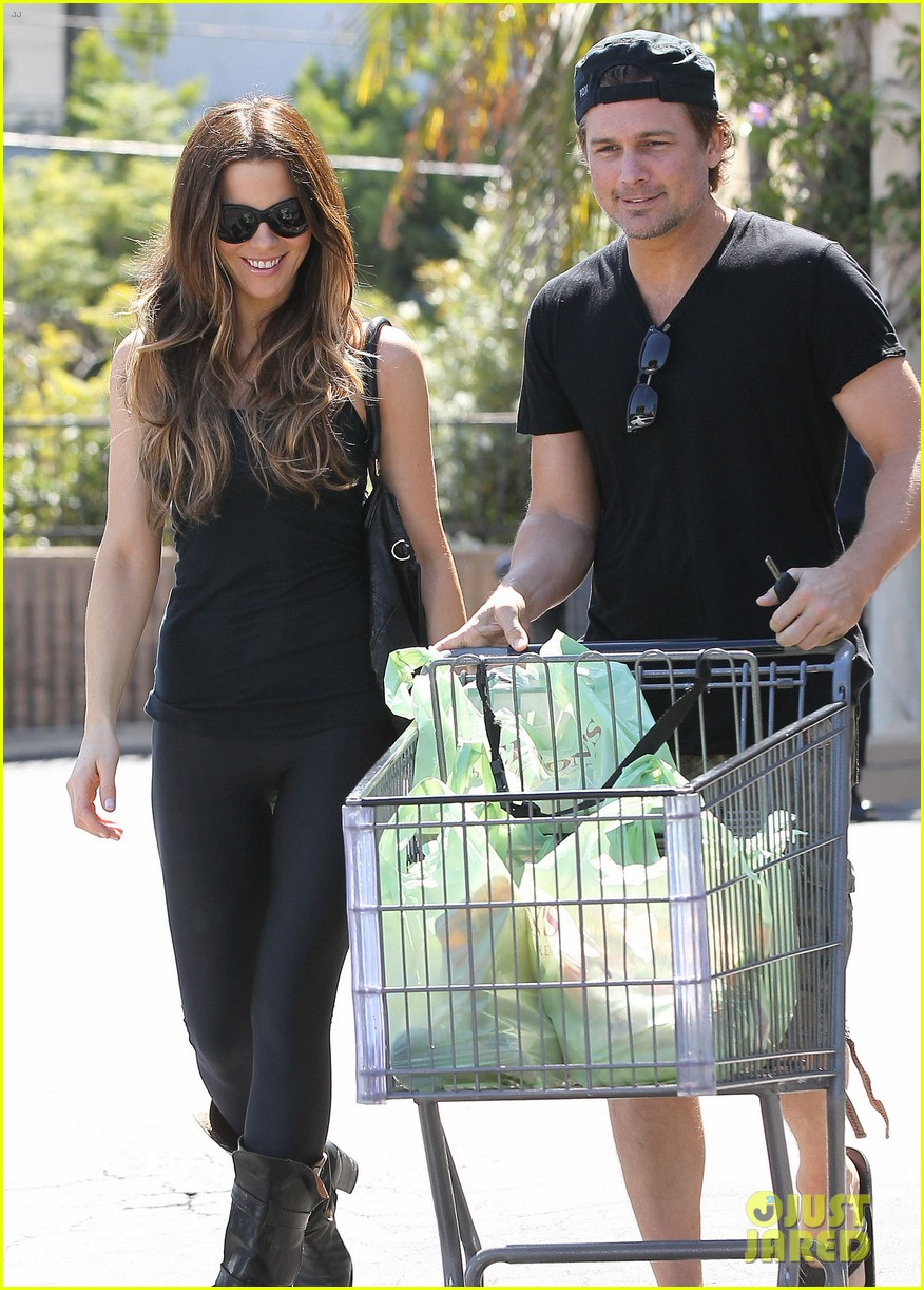 kate beckinsale len wiseman get groceries at gelsons 07