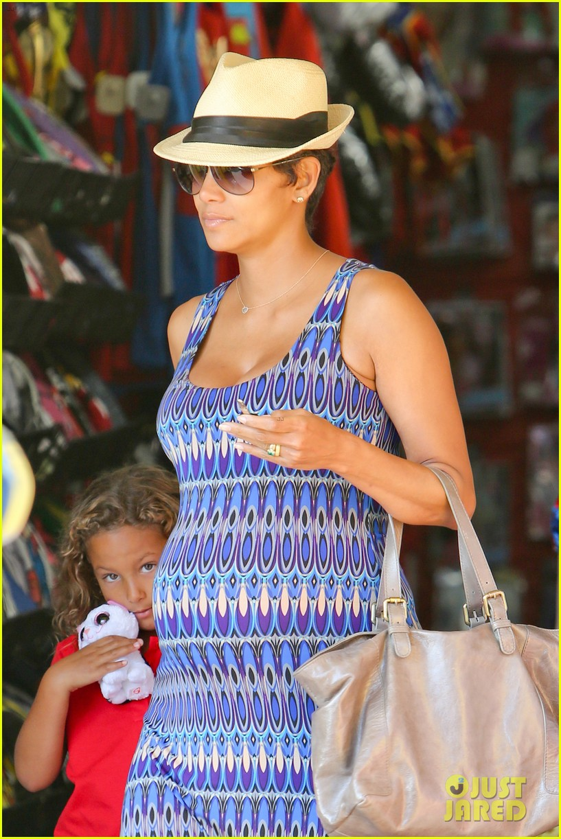 halle berry aahs shopping trip with nahla 042950691