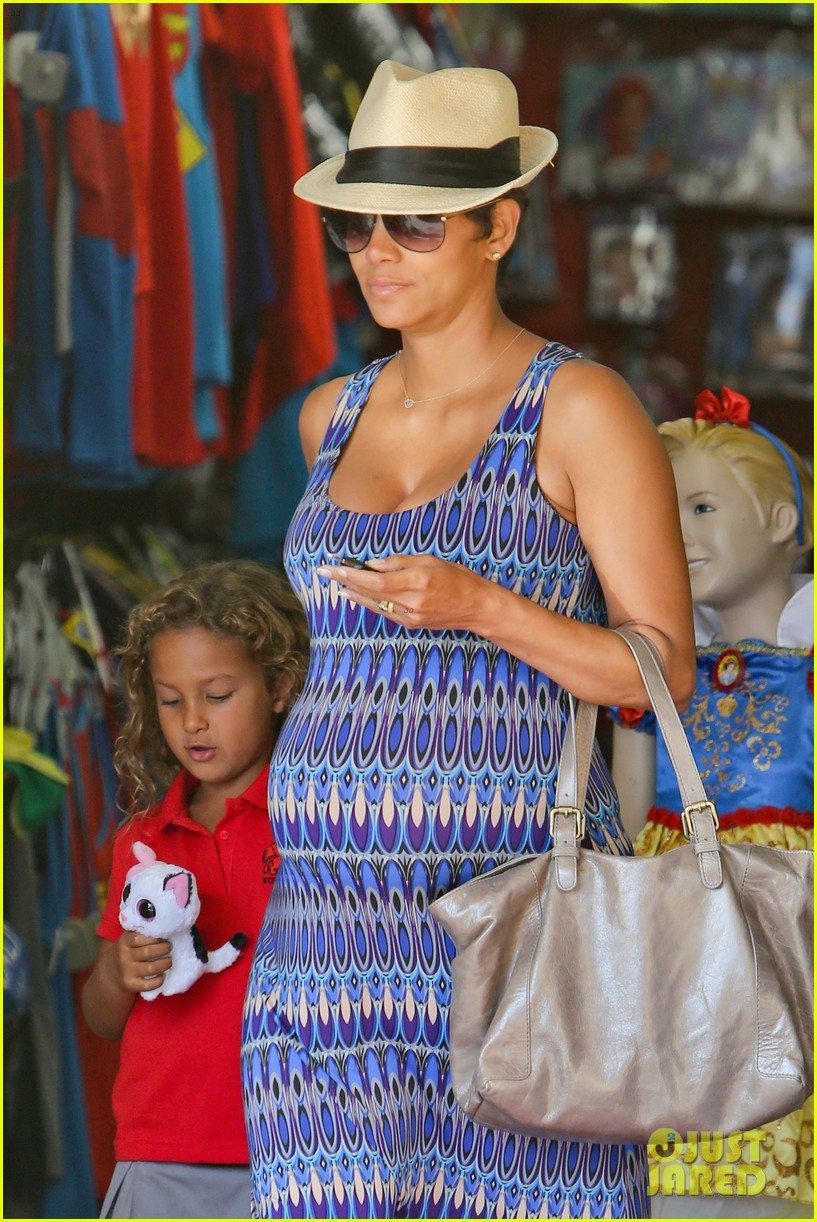 halle berry aahs shopping trip with nahla 152950702