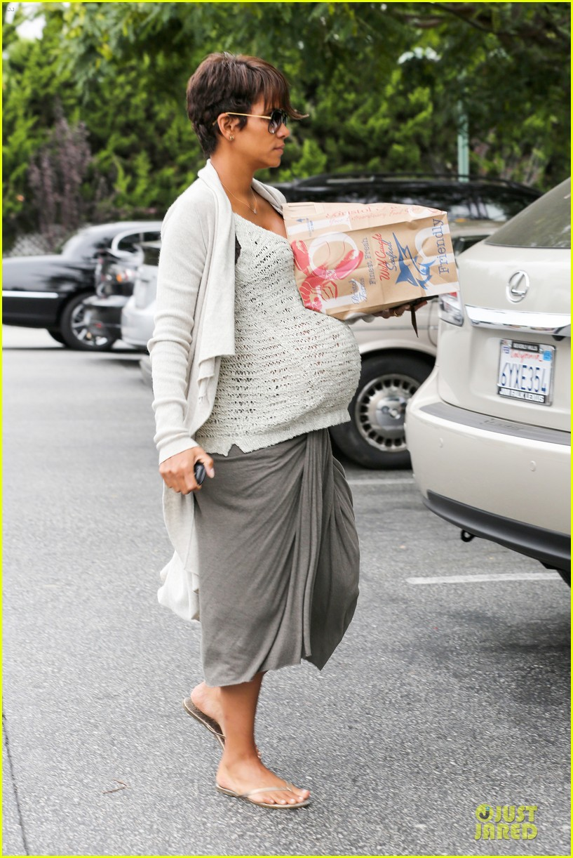 halle berry carries grocery bag on growing baby bump 03
