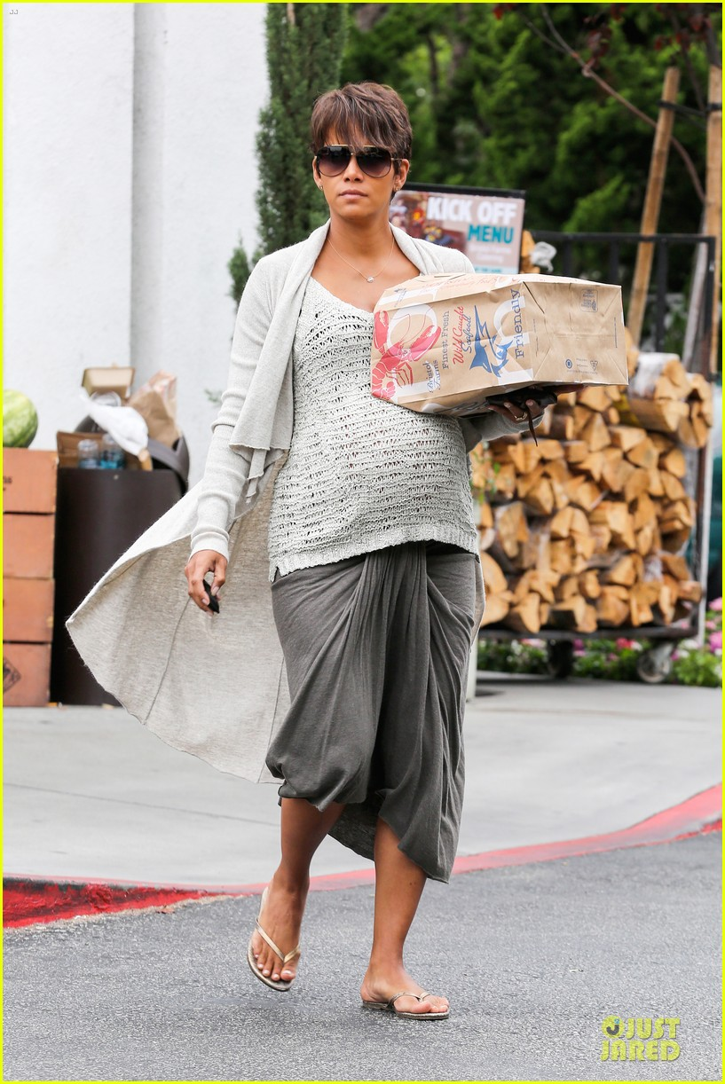 halle berry carries grocery bag on growing baby bump 14