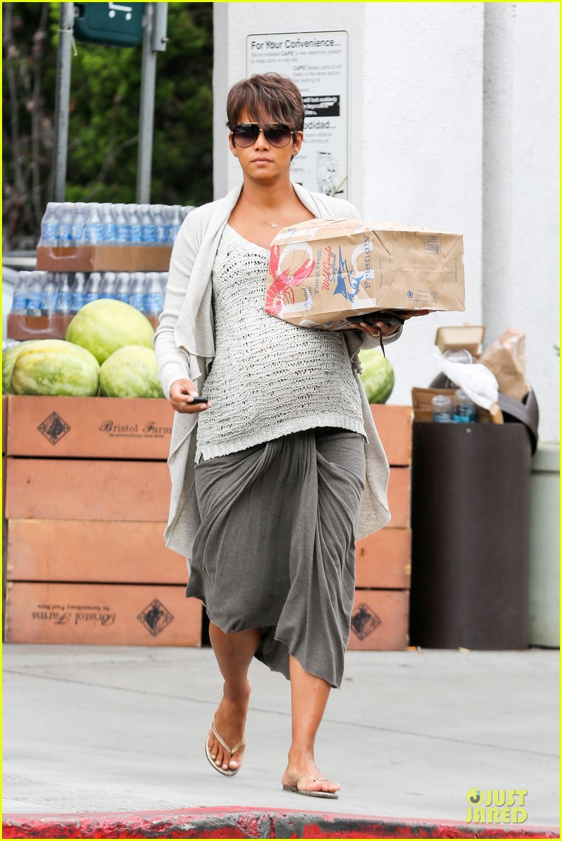 halle berry carries grocery bag on growing baby bump 19