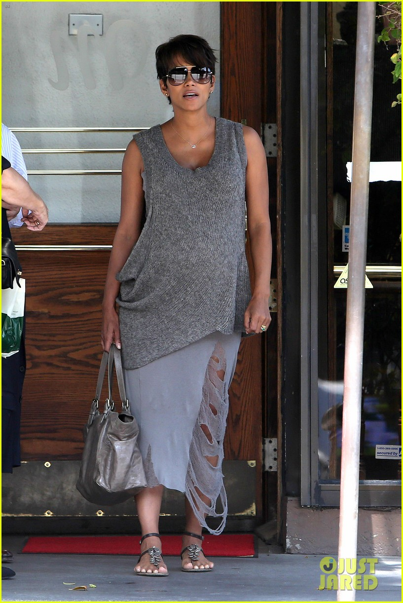 pregnant halle berry eats for two at madeos 07