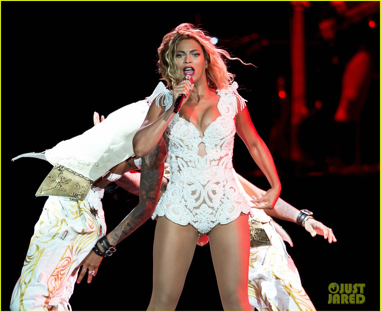beyonce rocks new outfit at made in america festival 07