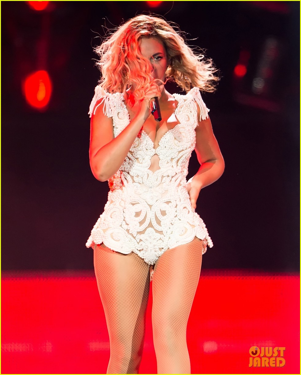 beyonce rocks new outfit at made in america festival 08