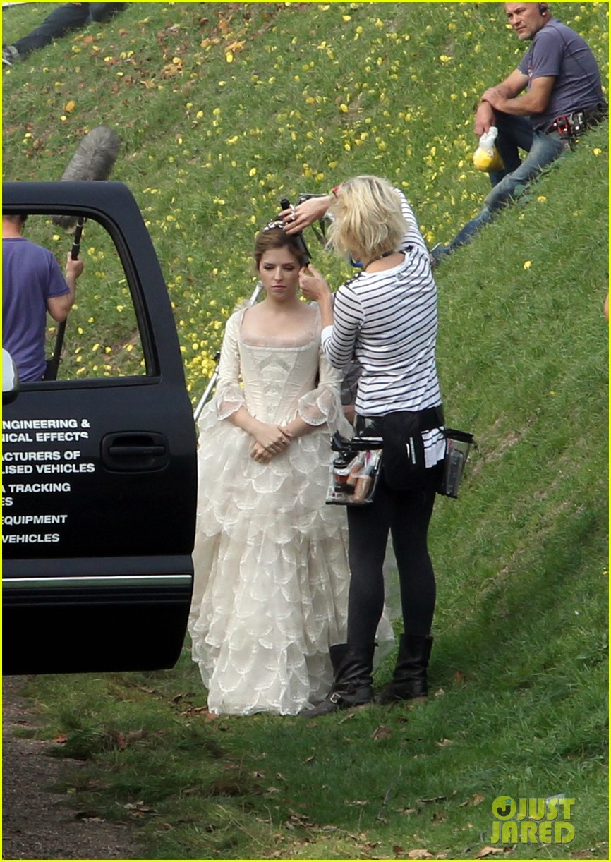 emily blunt anna kendrick into the wood first set pics 10