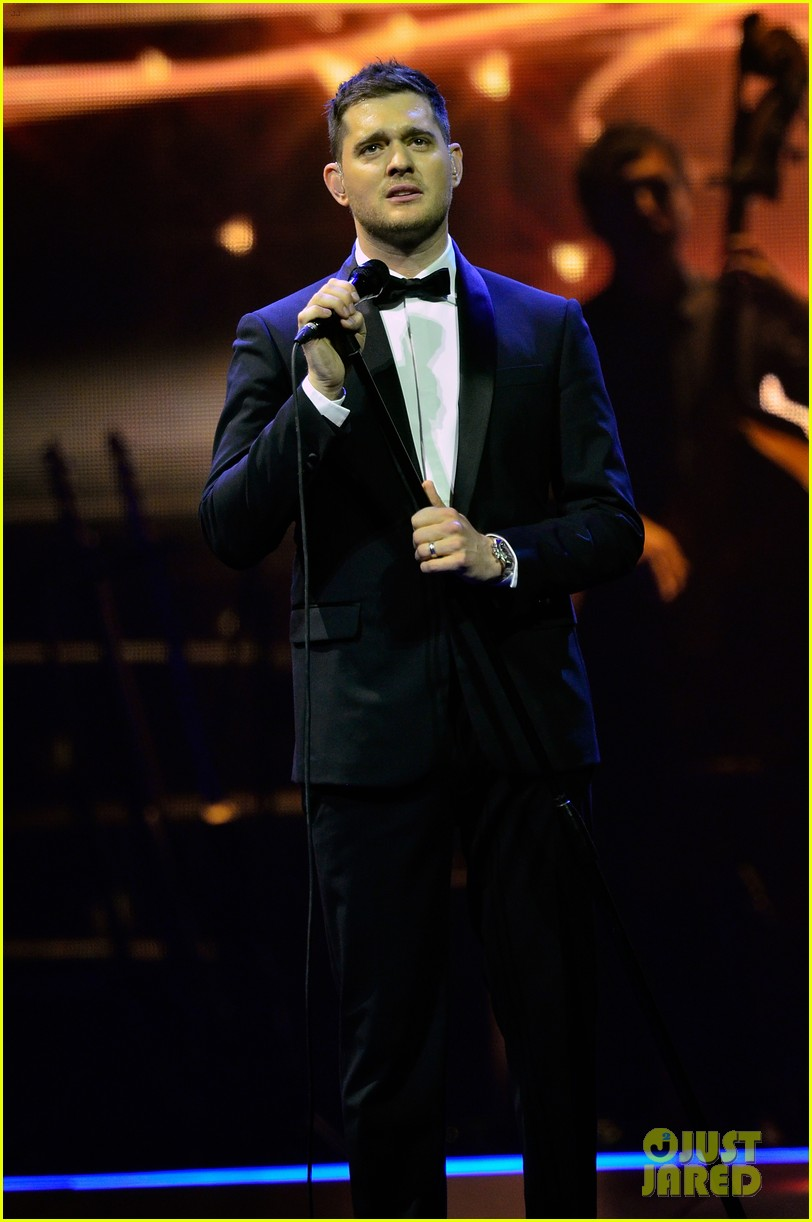 michael buble ends concert with amazing unplugged moment 05