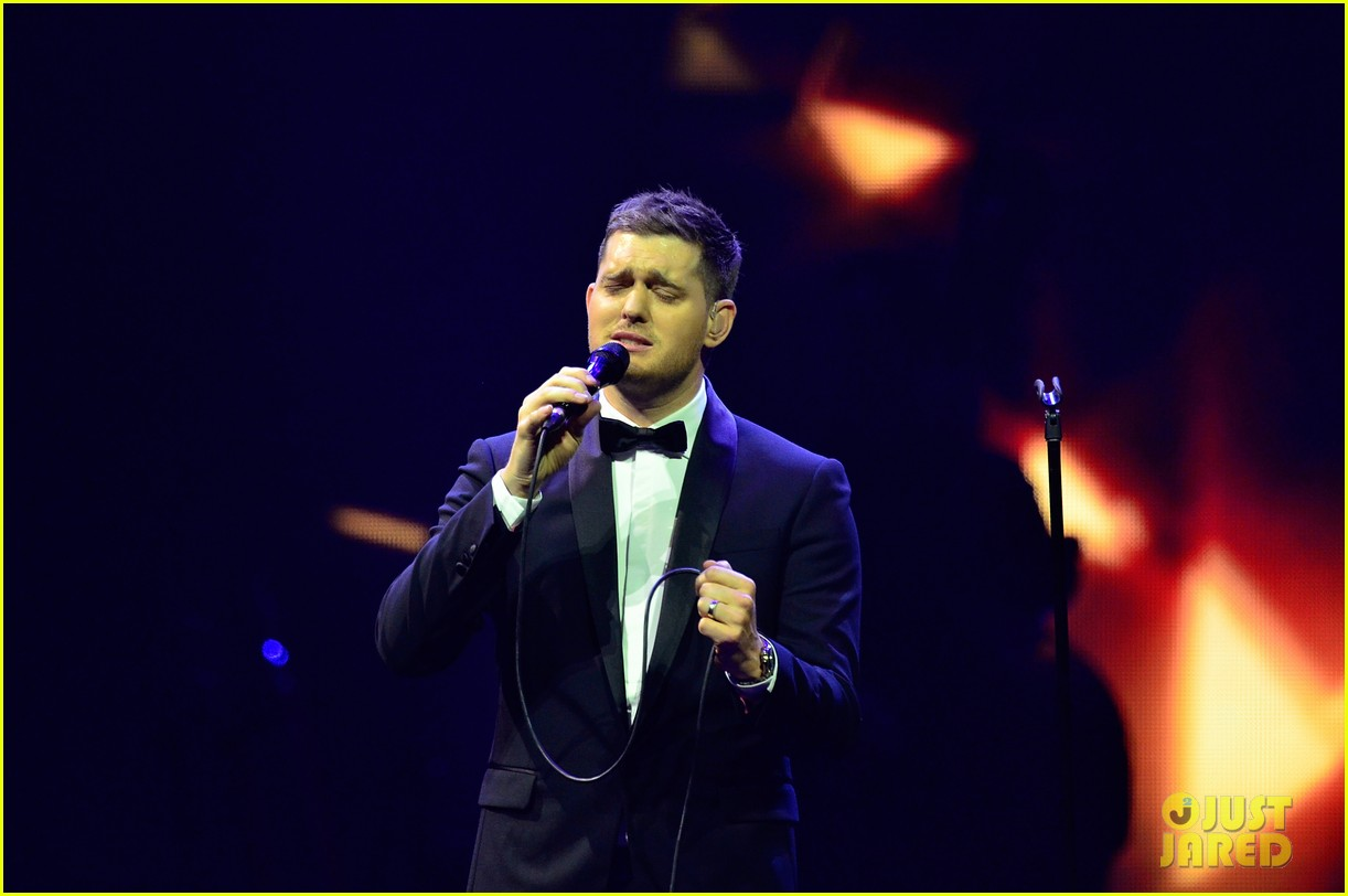 michael buble ends concert with amazing unplugged moment 13