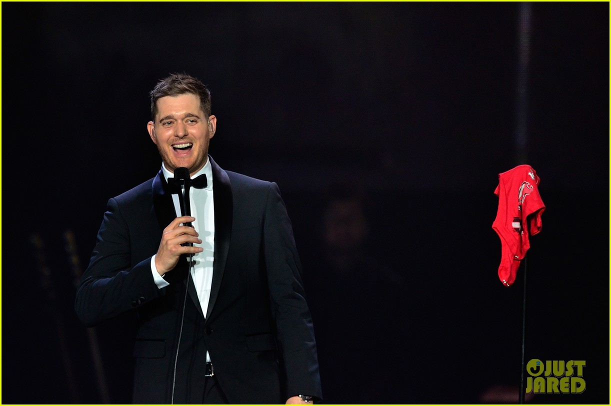 michael buble ends concert with amazing unplugged moment 15