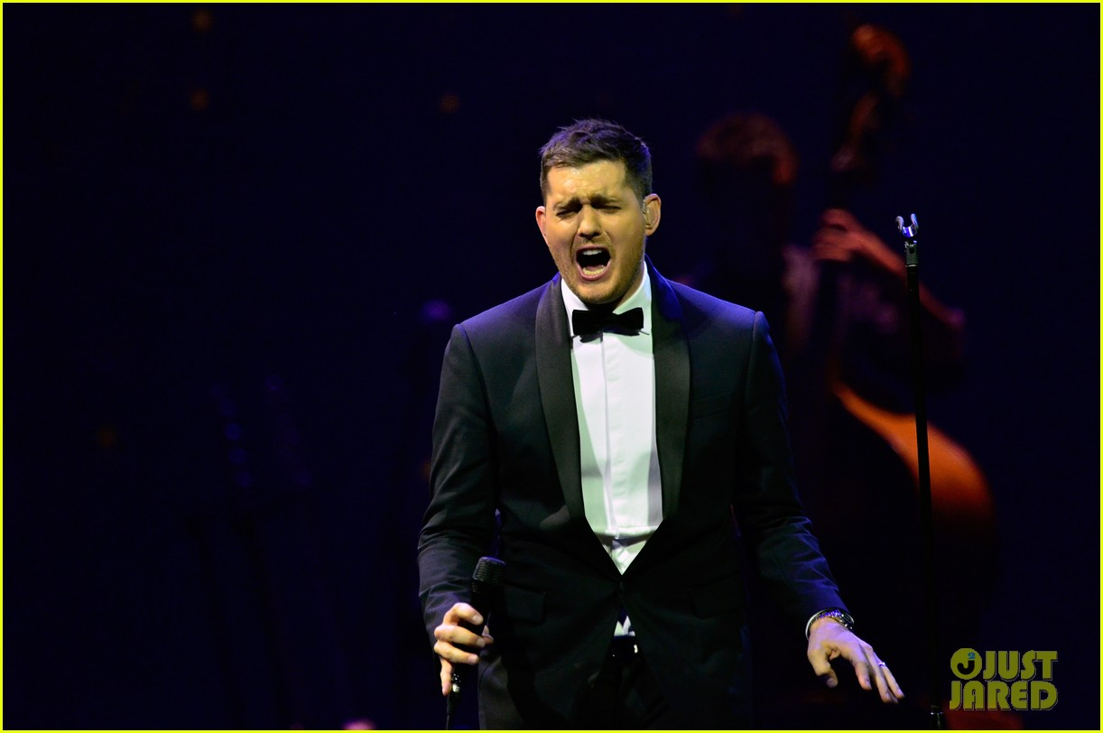 michael buble ends concert with amazing unplugged moment 18