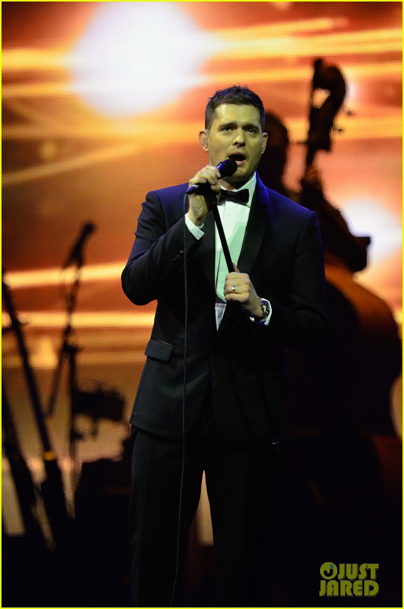 michael buble ends concert with amazing unplugged moment 26
