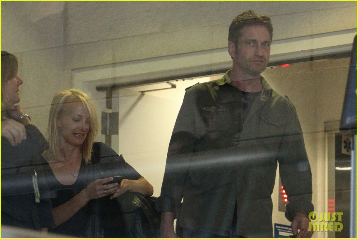 gerard butler catches a flight out of los angeles 06