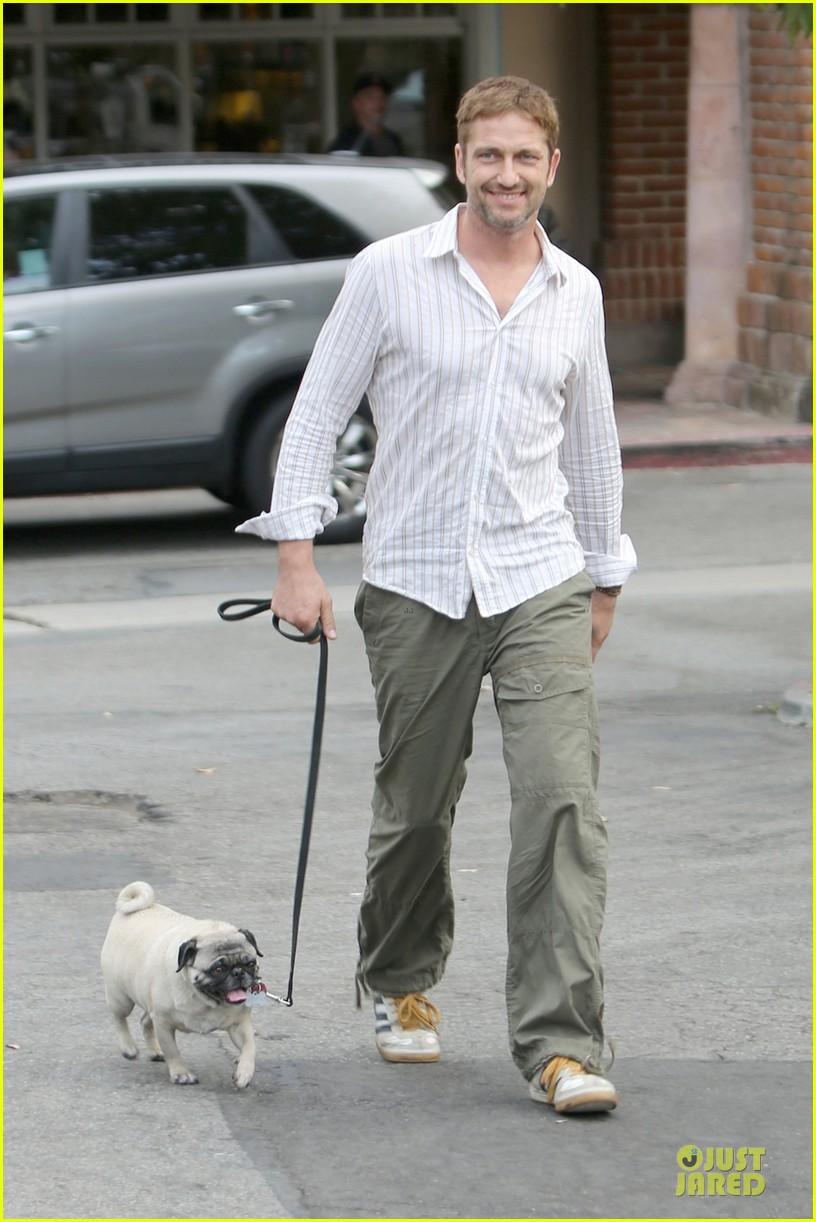 gerard butler malibu stroll with pet pooch lolita 03
