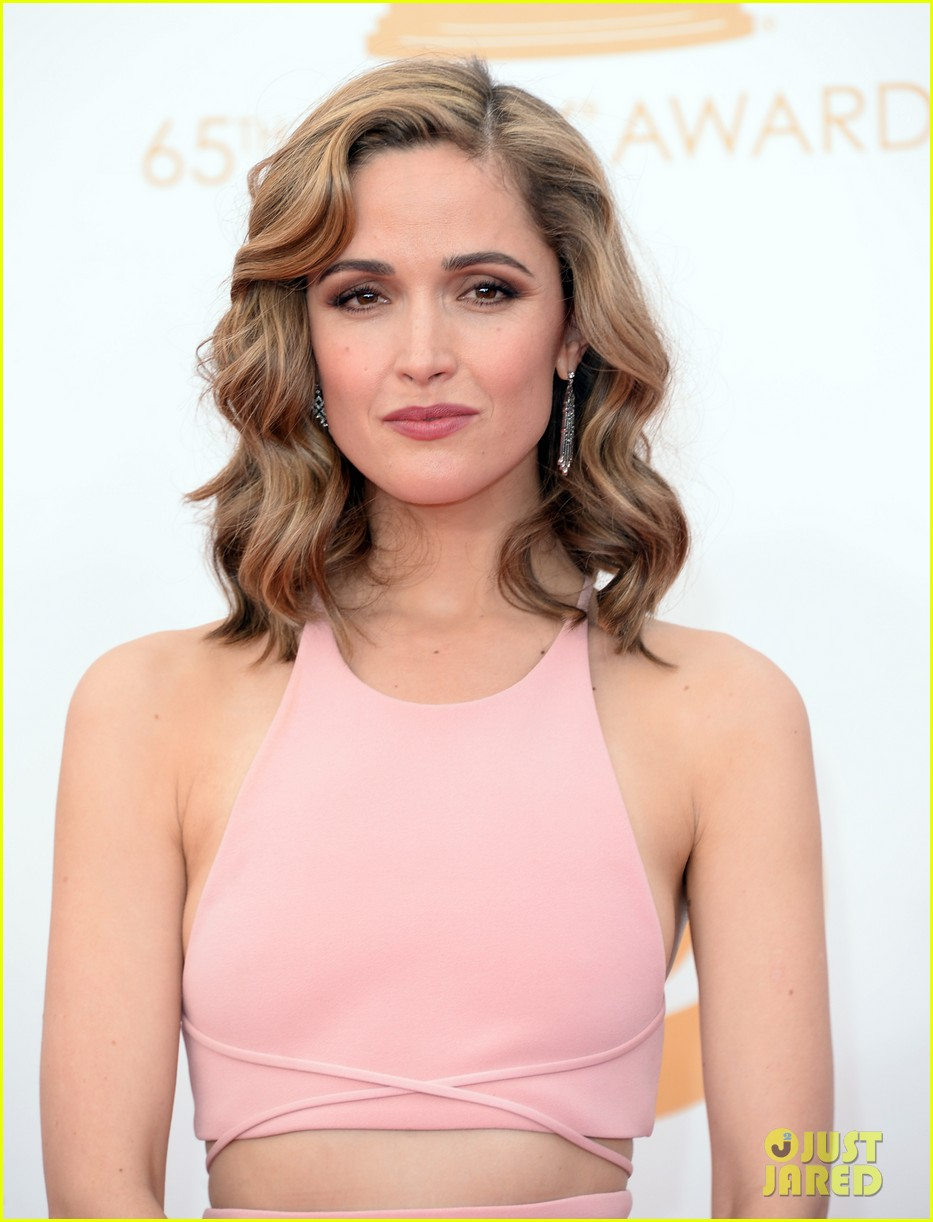 rose byrne bobby cannavale emmys red carpet 01