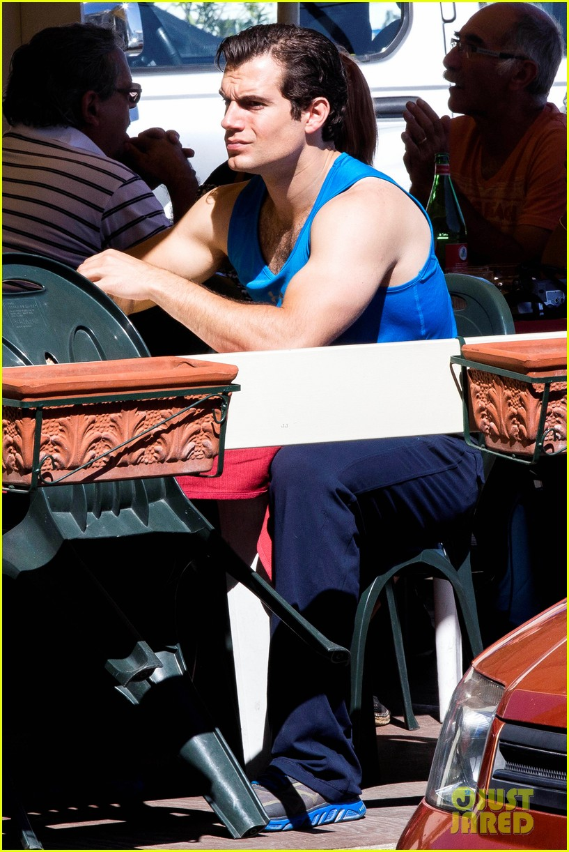 henry-cavill-shows-off-muscular-arms-for-man-from-uncle-02.jpg