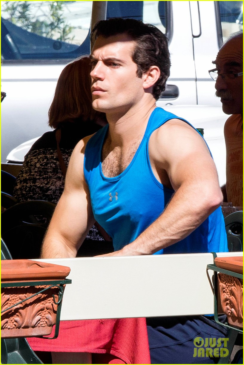 henry-cavill-shows-off-muscular-arms-for-man-from-uncle-03.jpg