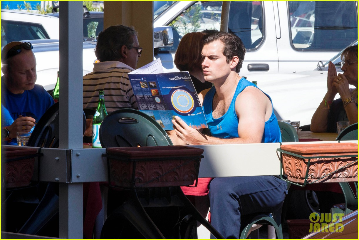 henry-cavill-shows-off-muscular-arms-for-man-from-uncle-04.jpg