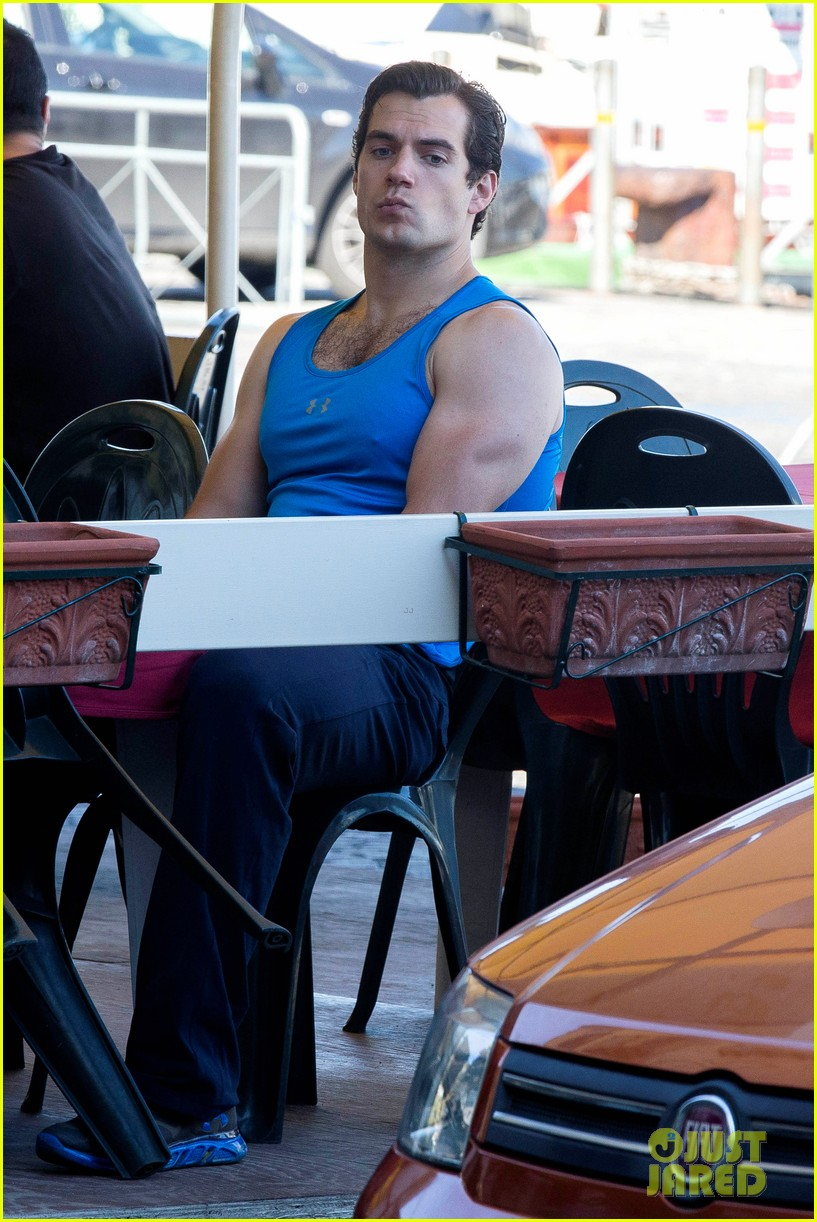 henry-cavill-shows-off-muscular-arms-for-man-from-uncle-08.jpg
