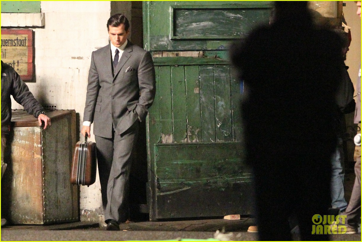 henry cavill suits up on man from uncle set 06