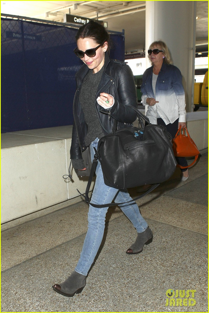 emilia clarke flies out of town after emmys loss 09