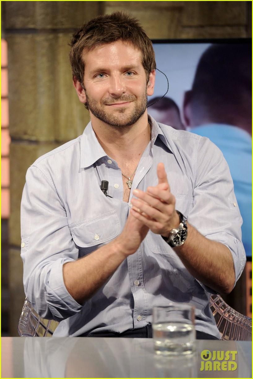 bradley cooper shoots hoops on el hormiguero 10