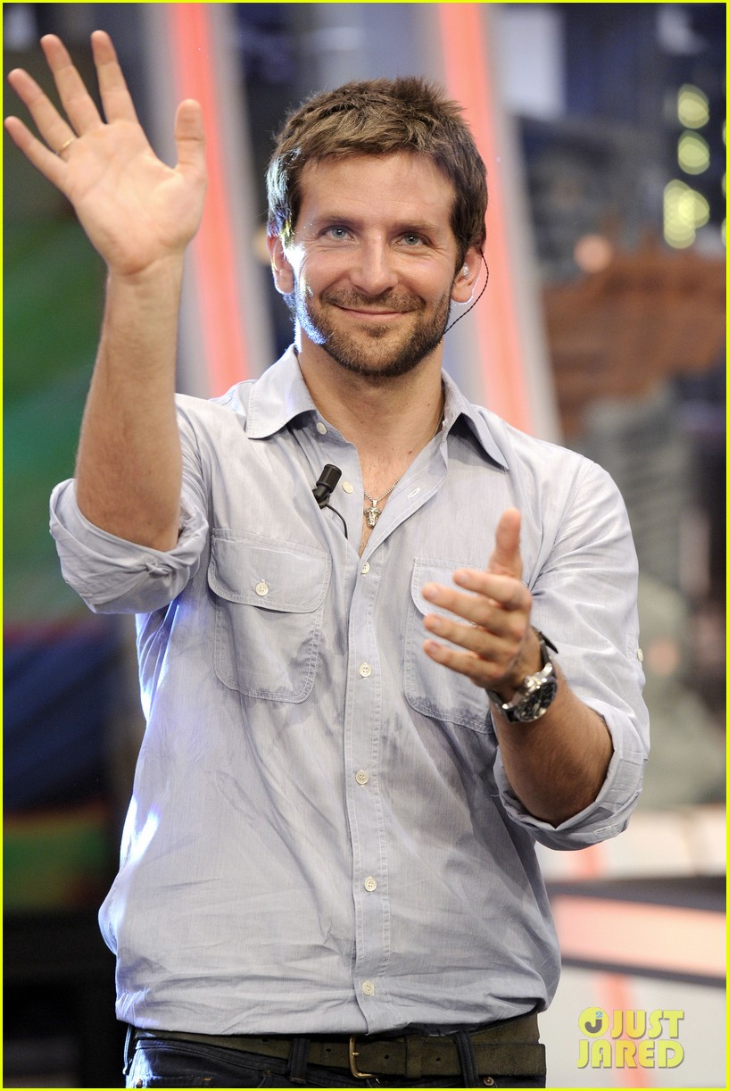 bradley cooper shoots hoops on el hormiguero 19