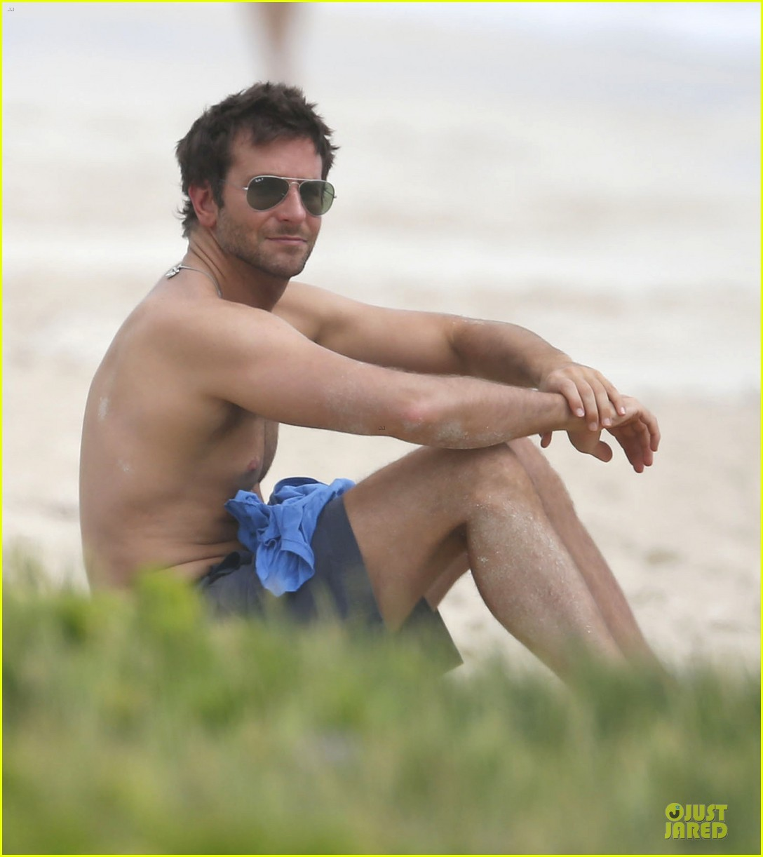 bradley cooper shirtless relaxing beach stud in hawaii 04