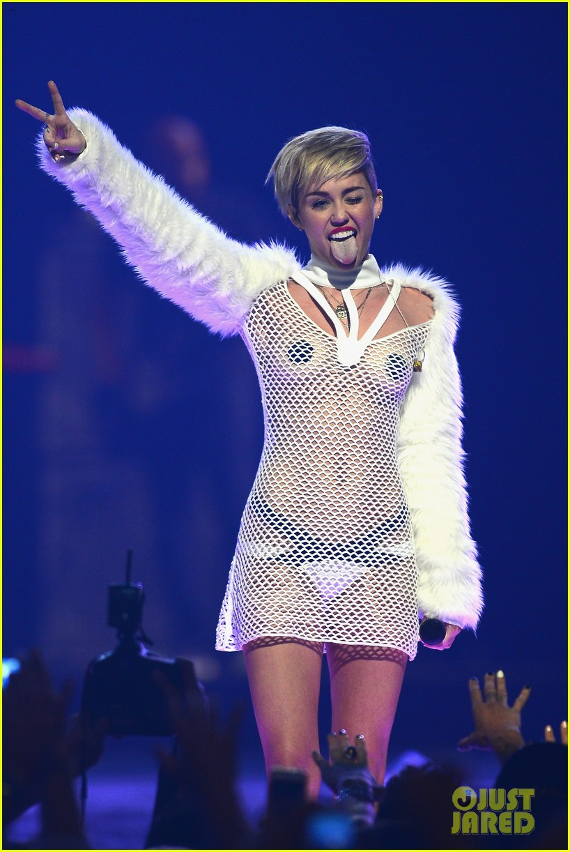 Miley Cyrus Graphic Nude Photos Leaked]