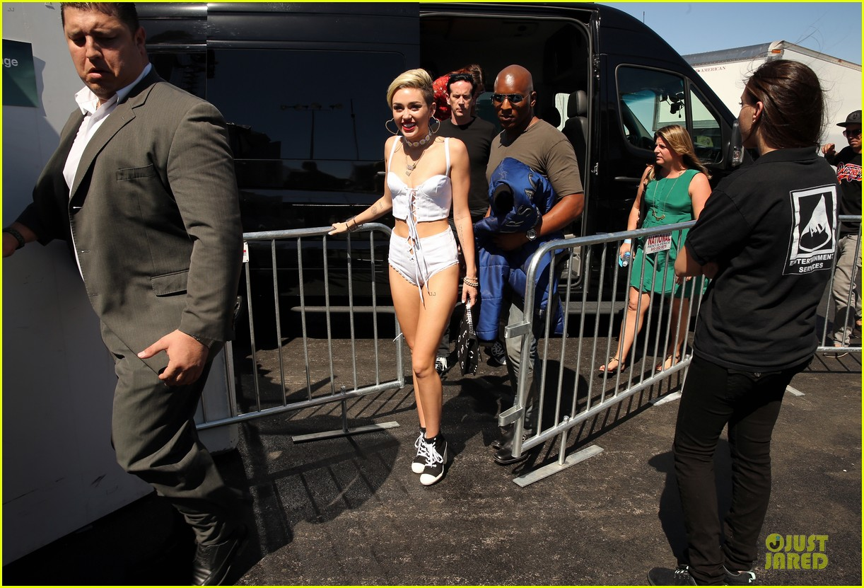 miley cyrus flaunts body at iheart radio music festival village 23