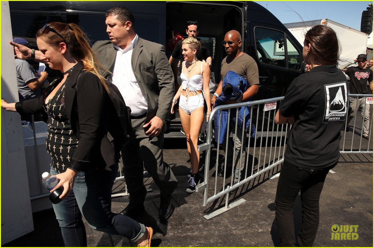 miley cyrus flaunts body at iheart radio music festival village 24