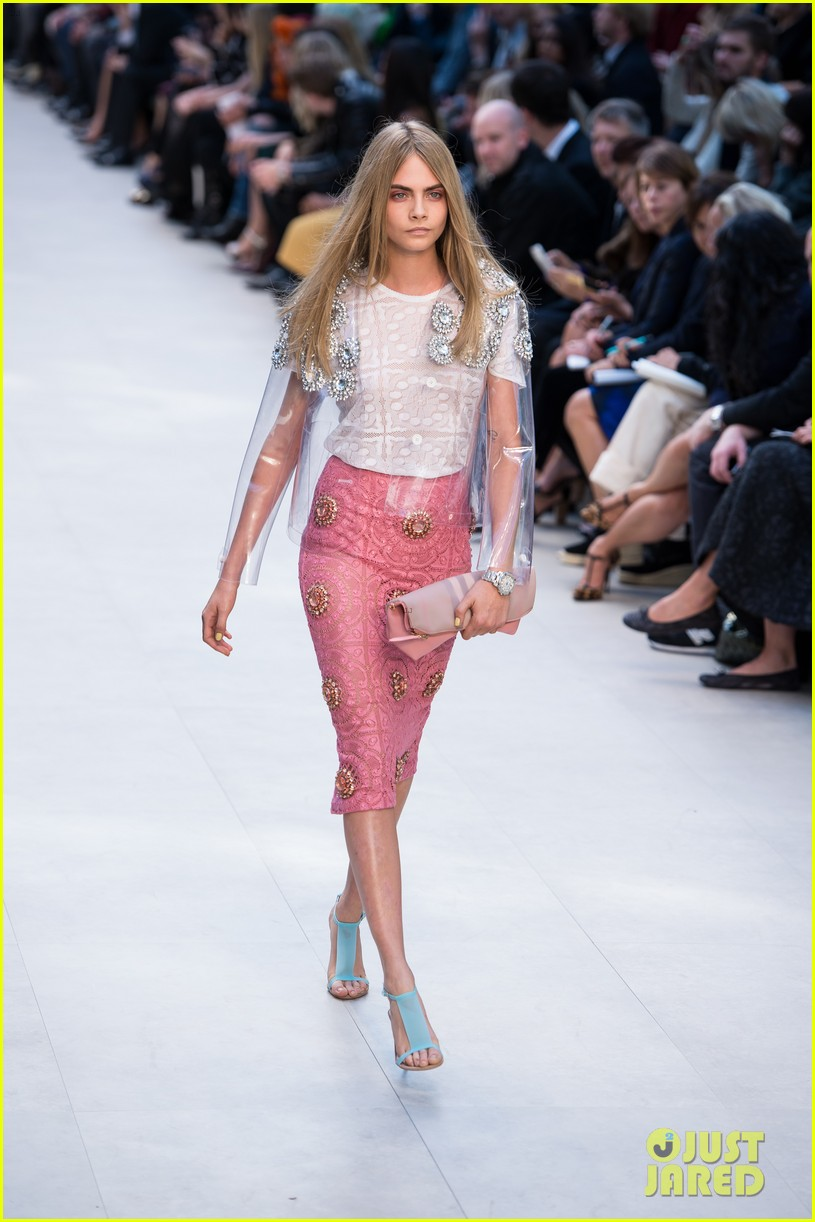 cara delevingne jourdan dunn walk in burberry show 012953477